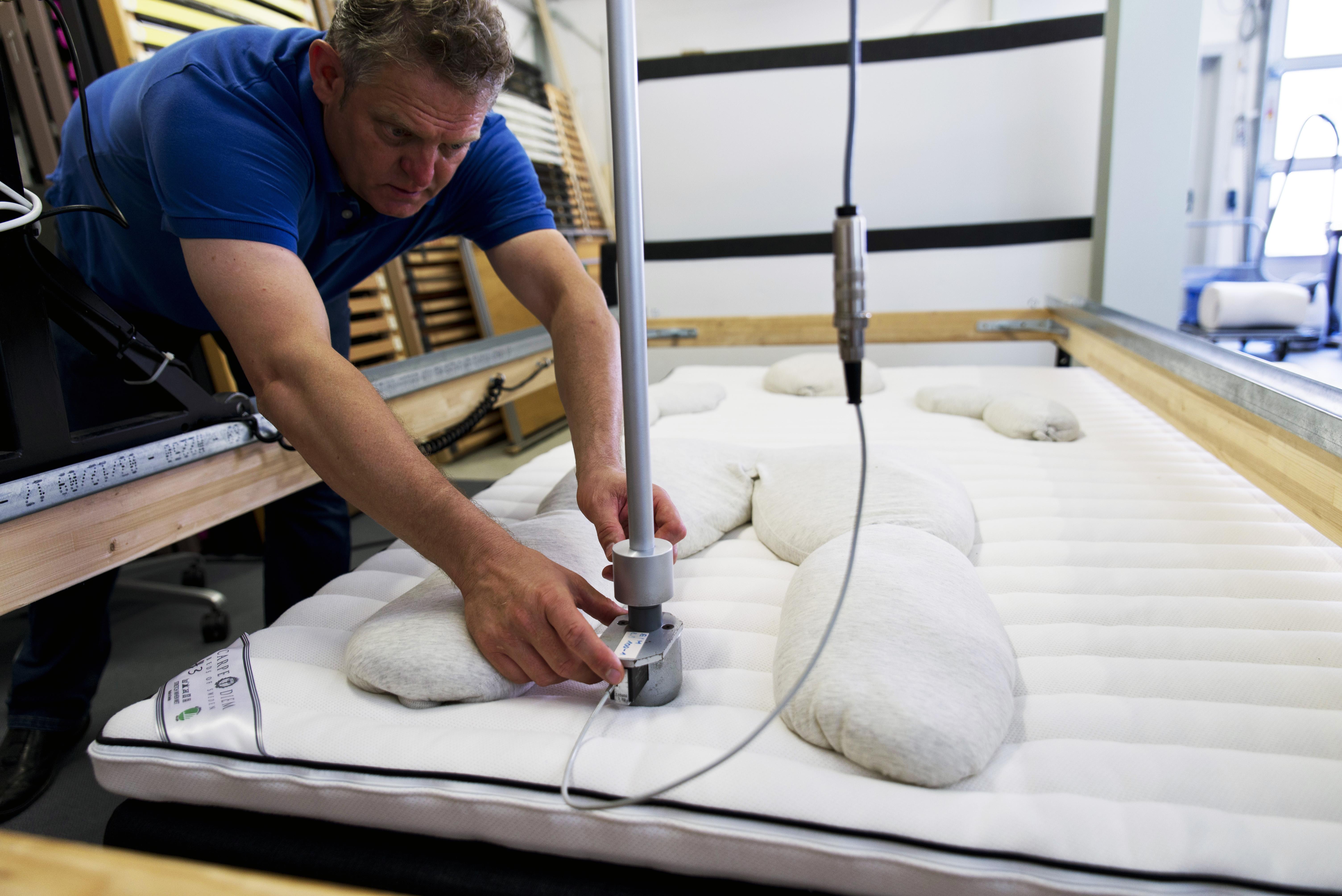 Med hjälp av olika intryckskroppar testas sängens förmåga att ge stöd åt kroppens olika delar. Foto: Tobias Meyer.