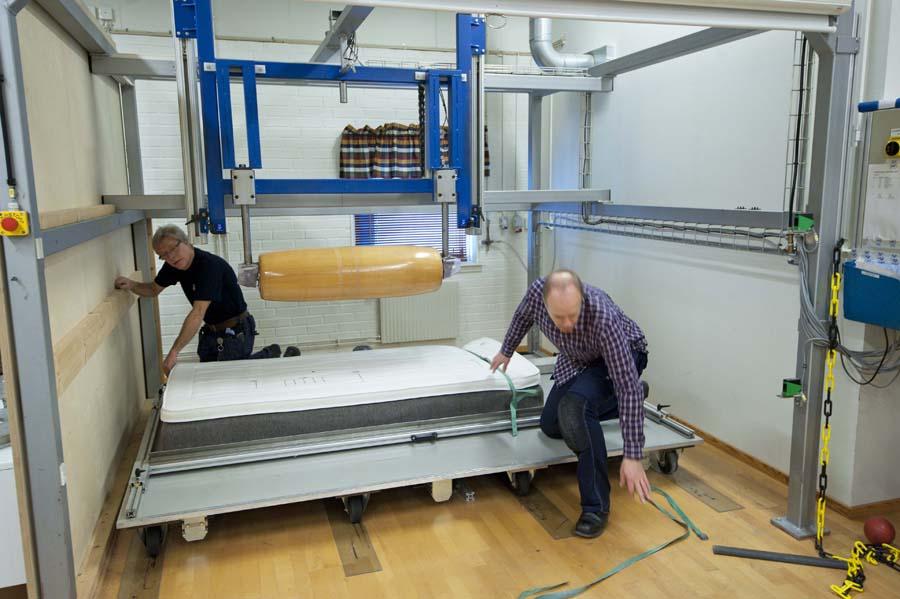 För att testa fjädringens uthållighet utsätts sängarna för 45 000 överrullningar med en 140 kg tung vals. Foto: Anna Sigge