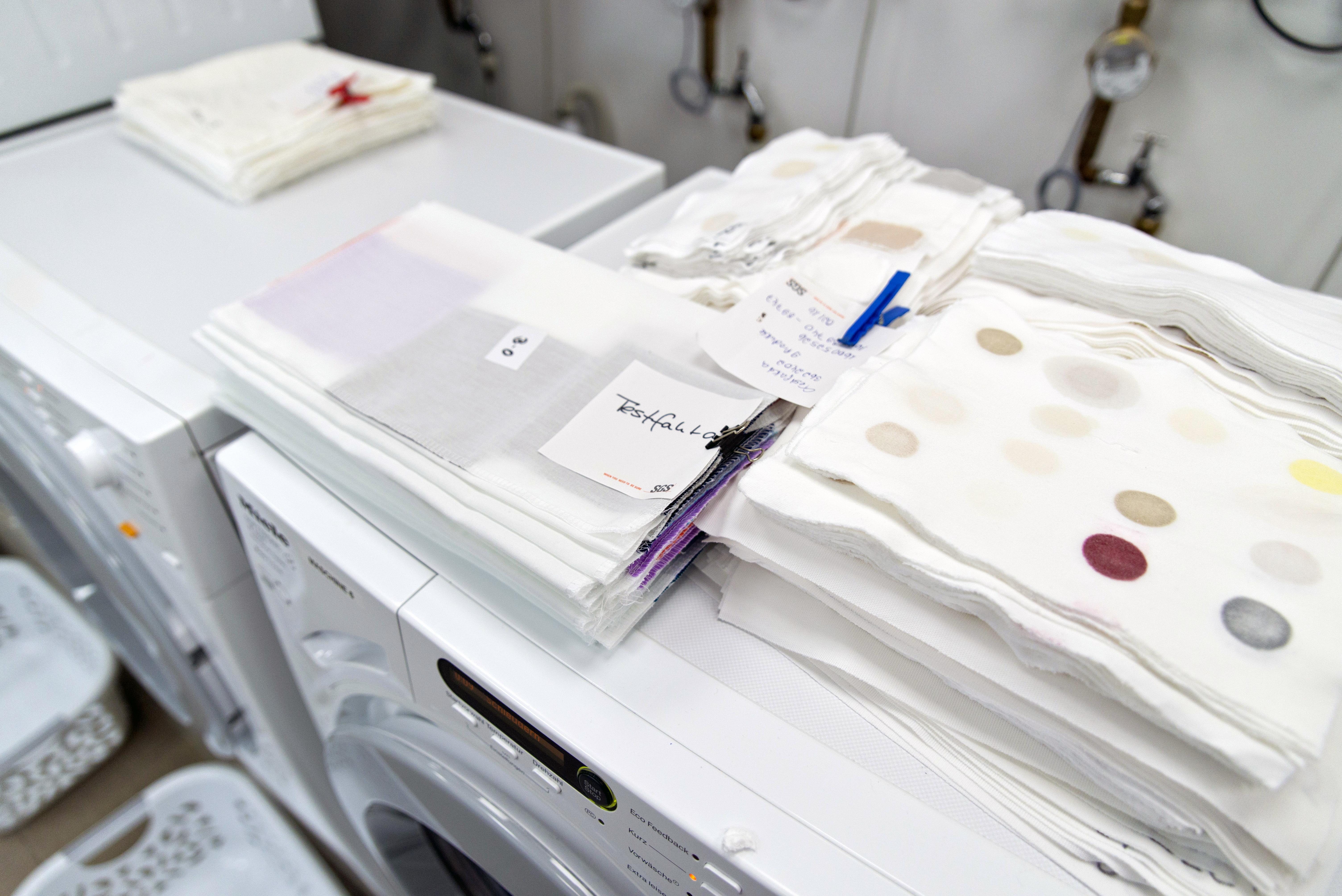 Im Test wurden Standardflecken von Warwick Equest auf Baumwollstoff verwendet. Foto: Tobias Meyer