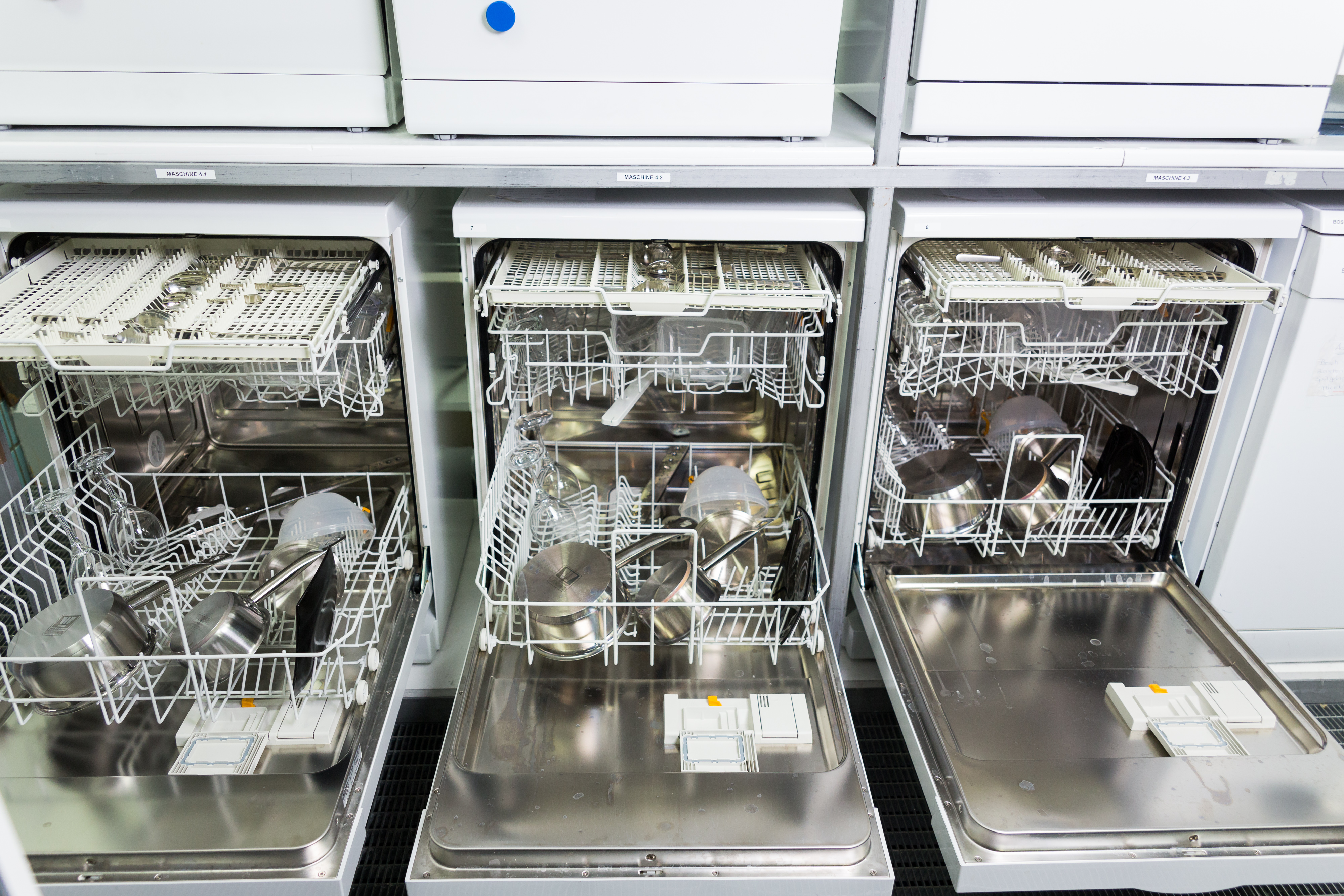 Taunusstein | 23 October 2017 Test/Survey Dishwasher Tablets for TESTFAKTA at SGS Fresenius Lab in Taunusstein, Germany. Here: Glasses and pots in a dishwasher machine. photo © peter-juelich.com